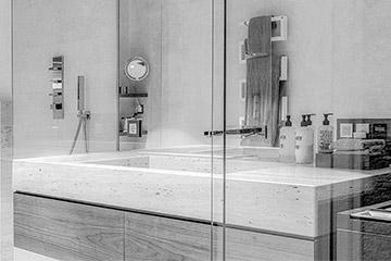 Royek Badmöbel - Waschtisch und WC Tafel Sandstein mit einem Unterschrank und Bad-Regalen Nussbaum, Einfamilienhaus Berlin